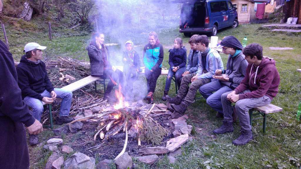 Kinder am Lagerfeuer mit dem Abenteuerteam